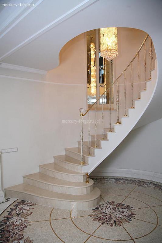 Мраморная лестница классического дизайна.