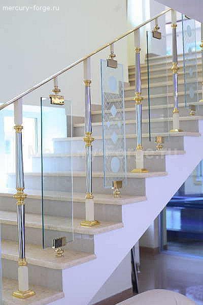 Мраморная лестница с ограждением.