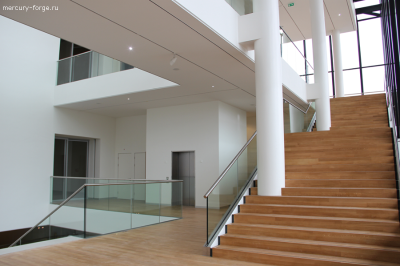 Стеклянное ограждение лестницы и балконов